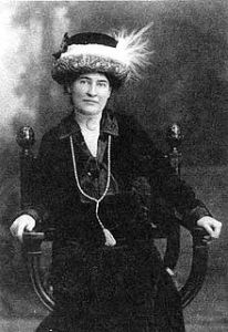 220px-Willa_Cather_ca._1912_wearing_necklace_from_Sarah_Orne_Jewett